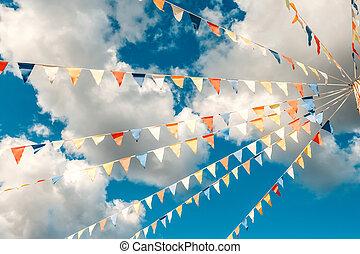clouds., concept, bleu, triangulaire, bruant, clair, fond, drapeaux, célébration, fun., ciel blanc, coloré