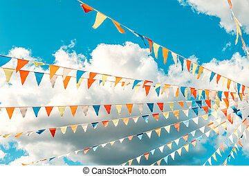 clouds., concept, bleu, triangulaire, fond, clair, célébration, bruant, drapeaux, ciel blanc, coloré, amusement