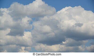 Clouds move across  sky, taymlapse