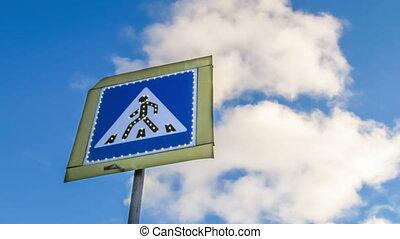 clouds., piéton, en mouvement, fond, signe croisement