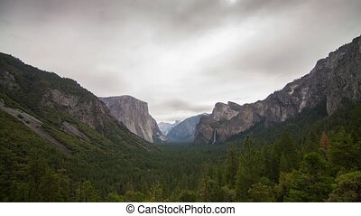 Cloudy Morning of Yosemite Valley - Time lapse cloudy...