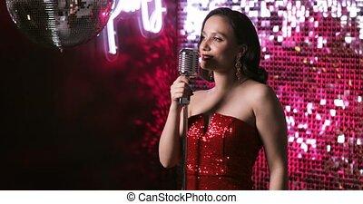 club., femme, chanteur, étape, chanson, exécuter, nuit, microphone, danse