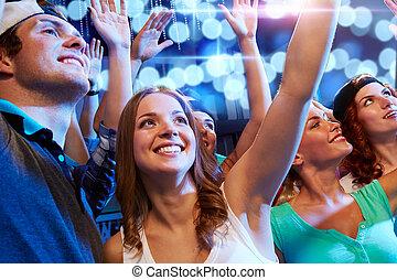 club, het glimlachen, vrienden, concert