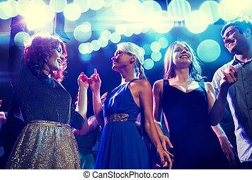 club, het glimlachen, vrienden, dancing