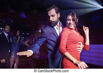 club, pareja, noche, abrazado, bailando
