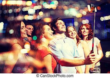 club, prendre, smartphone, amis, selfie