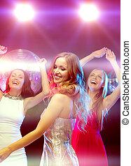 club, sonriente, mujeres, tres, bailando
