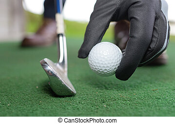 club, tee, poniendo, mano, pelota de golf