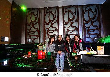 clubbing, friends, asiatisch
