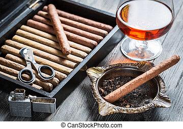 coñac, cigarro, cenicero, encendedor
