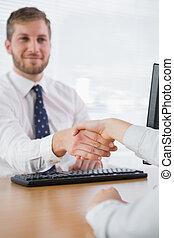co, mains, sourire, homme affaires, secousse, ouvrier