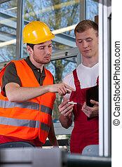 co-workers , κατά την διάρκεια , δουλειά , μέσα , εργοστάσιο
