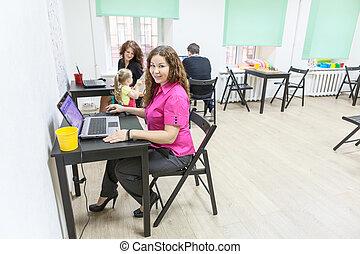 co-working, szczęśliwy, pokój, pracujące ludzie