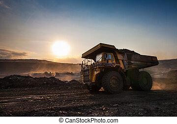 coal-preparation, plant., grande, amarillo, camión minero, en el trabajo, sitio, carbón, transporte