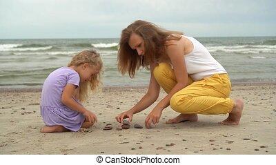 coastline., meisje, zee, kiezelsteen, 5, oud, moeder, stenen...