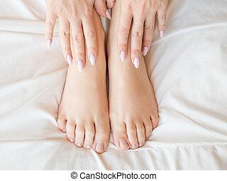 coberto, femininas, pernas, folhas cama
