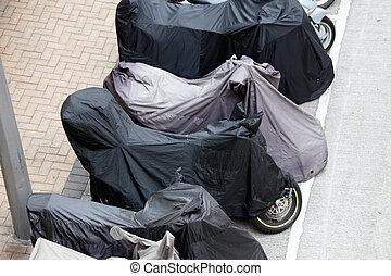 coberto, motocicletas, estacionado, em, a, rua