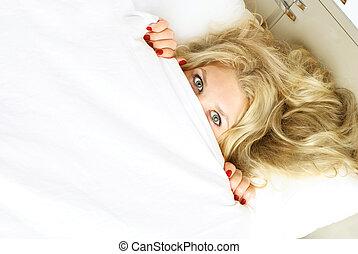 cobertor, escondendo, menina, bonito, sob
