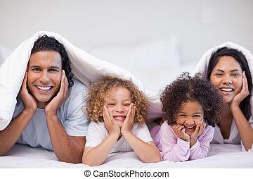 cobertor, escondendo, sob, família, feliz