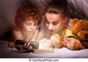 cobertor, sob, filho, livro, mãe, leitura, feliz