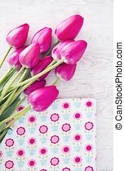cobrança, de, carretéis, fios, em, cor-de-rosa, cores, organizado, ligado, um, branca, madeira, fundo, com, tulips