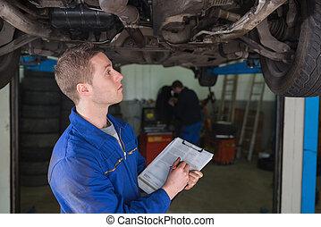 coche, debajo, preparando, mecánico, lista de verificación