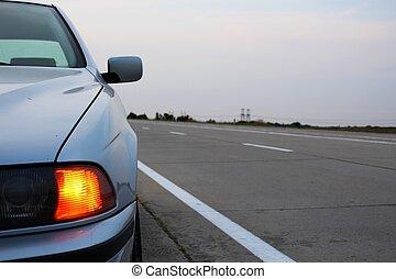 coche, emergencia, luces, en, zona lateral de camino