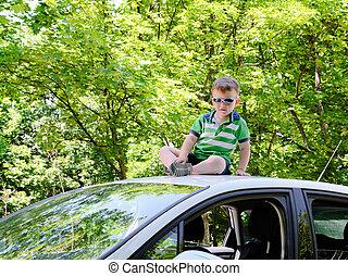 coche, en, el, bosque, con, niño