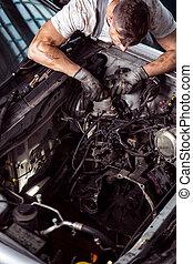 coche, hombre, trabajando, capucha, debajo