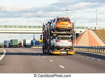 coche, lleva, coches, transportador, por, carretera