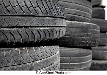 coche, neumáticos, pneus, apilado, en, filas