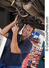 coche, sonriente, mecánico, trabajando, debajo