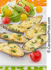 cocido al horno, mejillones, debajo, queso crema, sauce.,...