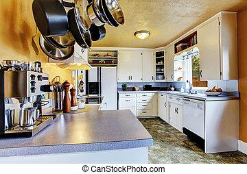 cocina, interior, con, melocotón, paredes, y, caqui, linóleo