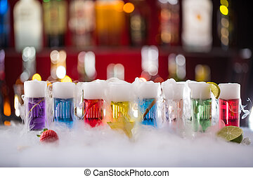 cocktail, con, ghiaccio, vapore, su, sbarra, scrivania