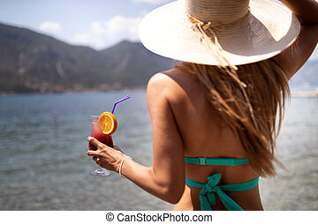 cocktail, de zomervakantie, vrolijke , drinkt, strand, vrouw, mooi, gedurende