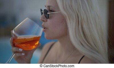 cocktail, rand, filmmeter, fullhd, schöne , trinken, hoch, alkohol, schwimmender, qualität, pool., m�dchen