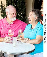 cocktaili, starsza para, cieszy się