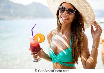 cocktails, de zomervakantie, vrolijke , drinkt, strand, vrouw, mooi, gedurende
