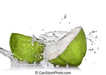 coco verde, con, agua, salpicadura, aislado, blanco