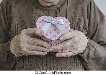 coeur, cadeau, formé, tenant mains, ridé