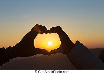 coeur, couple, love., forme, fond, closeup, mains, confection, levers de soleil, heureux