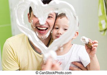 coeur, dessiner, mousse, enfant, salle bains, fils, forme, miroir, preschooler, papa, jouer, rasage