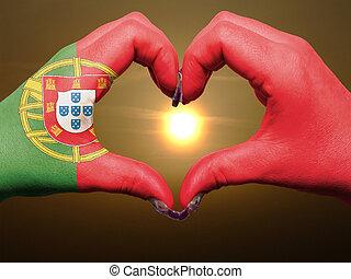 coeur, fait, amour, coloré, portugal, projection, drapeau, geste, mains, pendant, symbole, levers de soleil