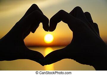 coeur, femme, coucher soleil, dirige, mains, marques