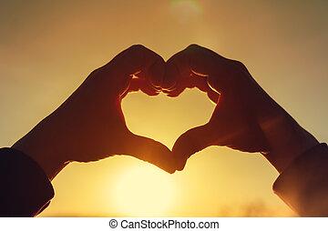 coeur, femme, elle, jeune, coucher soleil, mains, confection