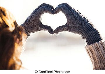 coeur, femme, symbole, jeune, confection, mains, hiver