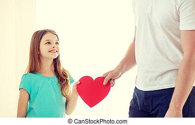 coeur, peu, père, tenue, fille souriant, rouges