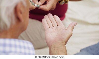 coeur, prendre, 12-slowmotion, papy, médecine, personne agee, pilule, homme
