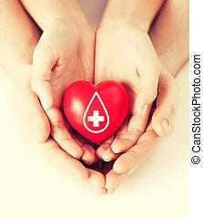 coeur, signe, tenant mains, donateur, rouges